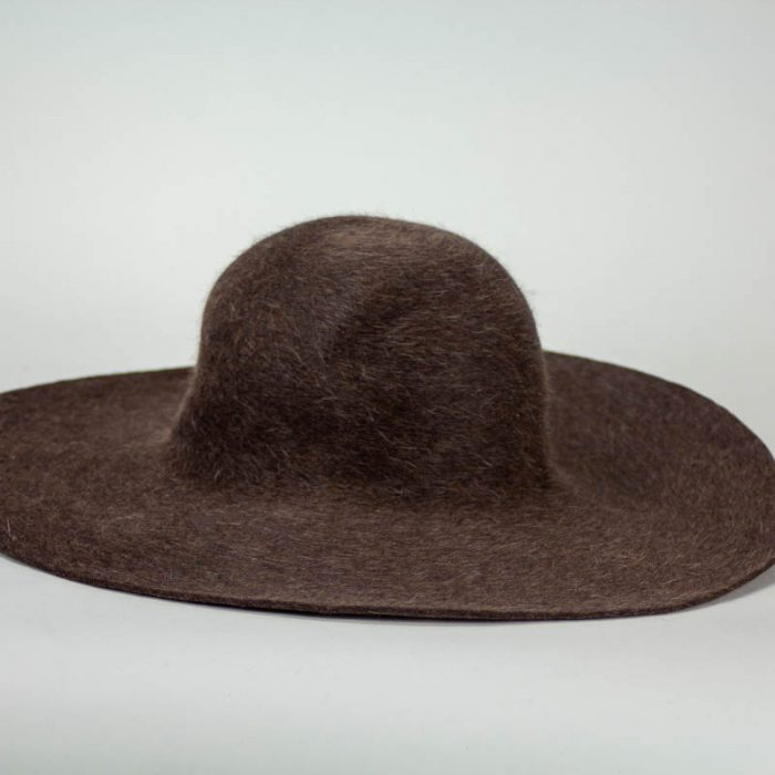 A medium brown with heather finish. Salome is a heather fur felt.